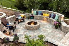 Create a curved bench around your fire pit to maximize your space and add a touch of design! Paver Fire Pit, Fire Pit Bench, Fire Pit Wall, Cozy Backyard, Backyard Patio Designs, Fire Pit Backyard, Fire Pit Next To Pool, Curved Bench, Curved Walls