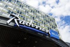 Radisson Blu Caledonien Hotel. Ligger i Kristiansand, en 3-minutters spasertur fra gågaten Markens Gate. Ligger ca. 9 km fra Dyreparken. Kristiansund, At The Hotel, 4 Star Hotels, Front Desk, Wi Fi, Gate, Rooms, Storage, Vest