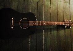 #guitarra #mesapalet #guitar #palettable #green #verde #black #negro https://www.instagram.com/guadina_sour/
