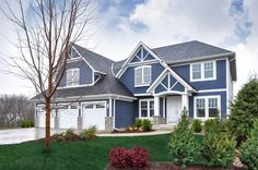 Explore house siding ideas for color and design inspiration. Exterior Siding, Exterior Design, Exterior Paint, Tri Level House, Exterior House Colors Combinations, Navy Houses, Siding Options, Ocean House, House Siding