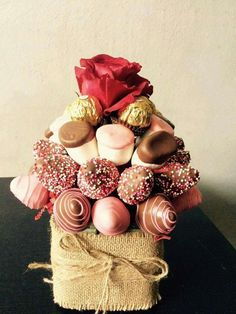 Ideas Chocolate Candy Bouquet Strawberry Roses For 2019 Valentine Desserts, Valentine Chocolate, Valentines Food, Chocolate Gifts, Valentine Gifts, Edible Fruit Arrangements, Edible Bouquets, Food Bouquet, Candy Bouquet
