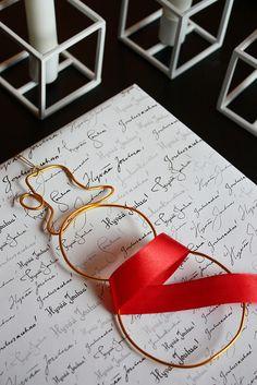 Wire snowman. Works as christmas tree ornament or gift decoration. / Idea lahjapaketointiin. Metallilangasta muotoiltu lumiukko. Kaunis koriste joulupaketin päälle tai joulukuusen oksalle.