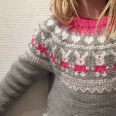 ispinner og andre strikkepinner: Marius møter frøken kanin Knitting For Kids, Baby Knitting, Minion Baby, Fair Isle Knitting Patterns, Kids And Parenting, Crochet Projects, Knitwear, Knit Crochet, Pullover
