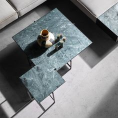 Coffee table with verde guatamala green marble Green Marble, Black Marble, Nordic Style, Scandinavian Style, Colorful Furniture, Furniture Inspiration, Danish Design, Marble Tables, Dining Table