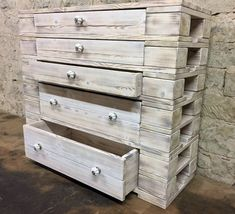 This free pallet plan will help you turn the shipping palette into something extraordinary that will look good in your home or make an extraordinary gift. Furniture pallet is very fashionable today and is easy and very cheap to build. Pallet Dresser, Dresser Table, Dresser Plans, Wood Pallet Furniture, Diy Pallet Projects, Wood Projects, Pallet Ideas, Furniture Making, Diy Furniture