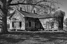 Great old farm house near Whiteville North Carolina Abandoned Farm Houses, Old Abandoned Buildings, Abandoned Property, Old Farm Houses, Abandoned Mansions, Old Buildings, Abandoned Places, Paradise Pictures, Scary Houses