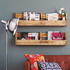 Aus Europaletten kann man auch ein schickes Zeitschriftenregal bauen. Aus einer Palette werden gleich zwei Wandborde: Die Querseiten absägen und mit einem Handschleifer glätten. Im Baumarkt je ein Brett als Bodenplatte zuschneiden lassen und unten anschrauben. Fertig ist das Wandregal!