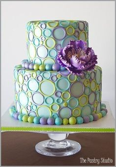 Gorgeous circle patterned cake in cool tones