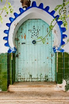 Moroccan home decor is popular for many reasons, but blue color inspirations that come from the blue town of Chefchaouen in Morocco offer fabulous interior design and house exterior decorating ideas that look cool and peaceful Cool Doors, Unique Doors, Moroccan Decor, Moroccan Style, Modern Moroccan, Porte Cochere, When One Door Closes, Closed Doors, Door Knockers