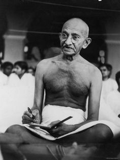 Mahatma Gandhi - assassinated preeminent leader of Indian nationalism in British-ruled India. Frases Mahatma Gandhi, Famous People In History, Losing Faith, Extraordinary People, Great Leaders, World Leaders, Faith In Humanity, Before Us, Revolutionaries