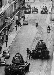 25 de Abril de 1974  Antecedentes e Causas O dia da Revolução dos Cravos Fotografias