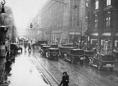 Berlin 1932 Taxen und Fussgaenger auf der Leipzigerstrasse