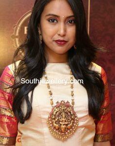 Nakshi Balls Mala with Lakshmi Pendant photo Indian Jewelry Sets, Indian Wedding Jewelry, Indian Jewellery Design, Jewelry Design, India Jewelry, Jewelry Shop, Urban Jewelry, 14k Gold Jewelry, Gold Pendant