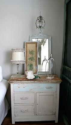 love this bedside table <3
