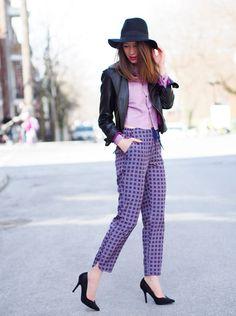 Девушка в штанах с принтом, лодочках и шляпе