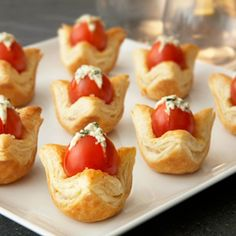 Joyaux de la tomate impressionner vos invités avec ces amuse-gueules bouchées qui emballent un tas de saveur ... tomates cerises farcies avec un fromage aux fines herbes remplissage alors rentré dans une pâtisserie croûte feuilletée. Absolument délicieux!