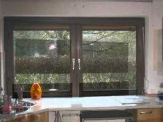 Fenster - ein altes Küchenfenster aus Holz wird ersetzt durch ein neues Küchenfenster aus Kunststoff-Aluminium mit Unterlichten, damit die Arbeitsplatte nicht mehr freigeräumt werden muss, um das Fenster zu öffnen.