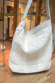 Sashiko bag in white Couture Cuir, My Style Bags, Japanese Bag, Cat Bag, Diy Handbag, Denim Bag, Fabric Bags, Printed Bags, Boro