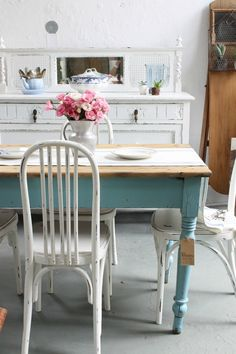 Blog de lifestyle con ideas, tutoriales y consejos útiles que te ayuden a poner linda tu casa y tu vida. Shabby Chic Furniture, Painted Furniture, Furniture Design, Kitchen Table Chairs, Dining Table Chairs, Comedor Shabby Chic, Tiny Beach House, Country Style Homes, Cozy House