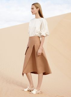 COS heads to the California desert for its spring-summer 2016 campaign. Starring Dutch model Maartje Verhoef, the images' stark backdrop perfectly complements… Minimalist Fashion Summer, Minimal Fashion, Style Minimaliste, Summer Campaign, Mode Editorials, Spring Summer 2016, Comfortable Outfits, Fashion Outfits, Womens Fashion