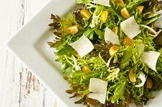 Salada verde com Tomatinhos Amarelos e Lascas de Parmesão