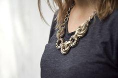 если совмещаете ожерелье с платьем или нарядом, у которого довольно простой и гладкий верх, низ этого наряда может быть замысловатым, в то же время, выбирая для вашего наряда тонкую блузу и надевая к нему массивное украшение, позаботьтесь о том, чтобы низ вашего наряда был очень простым  http://www.spletnik.ru/blogs/moda/64534_massivnye-ukrasheniya