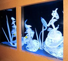 Stunning - dale chihuly - a fish tank filled with pieces of white glass, glowing under a black light Glass Fish Tanks, Cool Fish Tanks, Chihuly Chandelier, Pendleton Wool Blanket, Indian Baskets, Dale Chihuly, Beautiful Fish, Ocean Themes, Aquarium Fish