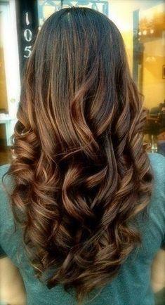 Cheveux bruns longs bouclés de la nuque à la pointe et laissés lousses. English keywords : long brown hair, curls