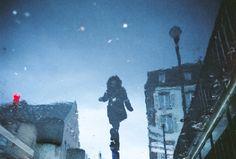 Le pozzanghere sono porte per altri mondi? Cosa succede se le fotografi? In questo articolo risponde a queste domande il fotografo di strada Manuel Plantin.