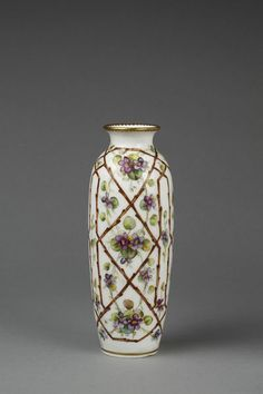 Vase of porcelain painted with a trellis pattern in brown and entwined with violets on a white ground - Minton & Co., Stoke-on-Trent, century Porcelain Vase, Fine Porcelain, Antique Glass, Antique Items, Sweet Violets, Trellis Pattern, China Jewelry, China Painting, China Patterns