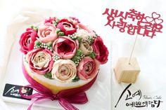 "[ SOYAE CAKE ] 앙금플라워 떡케이크 "" 로즈메리 "" 소개합니다  ~ 2호사이즈 ( 지름18센치 )  ~ 호박설기 ( 호박필링+호박고지 )  ~ Flower CAKE ( 블로썸 스타일 )  Www.so-ye.co.kr  blog.naver.com / jungjung2015  #소예 #예쁘게담다 #앙금 #앙금케익 #앙금꽃 #앙금케이크 #꽃케익 #앙금꽃 #flower #beautifull #ricecakes #homebaking#flowermagic #flowercake #buttercremcake #cakedecorating #ranunculus #lilies #rose # pink roses #pinkflowor #앙금 #앙금케익 #앙금꽃 #앙금케이크 #꽃케익 #앙금플라워떡케이크 #소통 #꽃스타그램 #꽃 #분당떡케이크 #기념일 #첫돌 #백일 #환갑 #앙금수업문의"