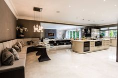 Open-Plan Kitchen, Dining Room and Media Room : Cucina in stile classico di Luke Cartledge Photography