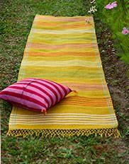 quadratischer teppich aus gefilzter woll baumwollmischung mit aufgesticktem muster krumelur. Black Bedroom Furniture Sets. Home Design Ideas