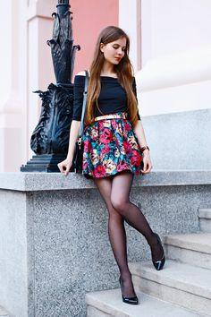 Czarne rajstopy spódniczka w kwiaty stylizacja szpilki