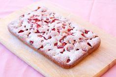 Báječný hrnčekový jahodový koláč : Ak potrebujete rýchly koláč, ale nestíhate, vyskúšajte tento lahodný... - Báječná vareška Reis Krispies, Krispie Treats, Ale, Food And Drink, Bread, Cookies, Sweet, Yummy Cakes, Strawberries