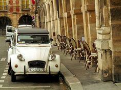 ❥ A classic Citroën in Place des Vosges, Paris.