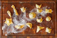 La fabrication des raviolis, c'est facile! Découvrez comment réaliser la pâte et la farce, les différentes formes, la cuisson des raviolis ainsi que la congélation Machine A Pate Fraiche, Gnocchi, Risotto, Pasta Recipes, Pineapple, French Toast, Appetizers, Pudding, Fruit