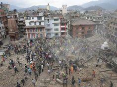 Menschen in Kathmandu suchen Im Schutt nach Überlebende des schweren Bebens.