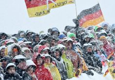 Des spectateurs patientent sous la neige pour assister au départ d'une épreuve féminine du championnat du monde de biathlon à Ruhpolding, dans le sud de l'Allemagne