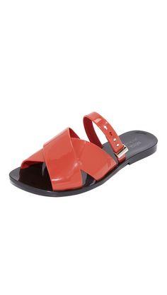 3741a0cc574 ¡Consigue este tipo de sandalias planas de Melissa ahora! Haz clic para ver  los