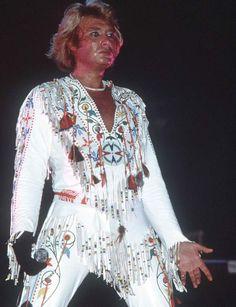 Johnny Hallyday : le look Elvis1987: Un look moulant et frangé digne d'Elvis Presley !