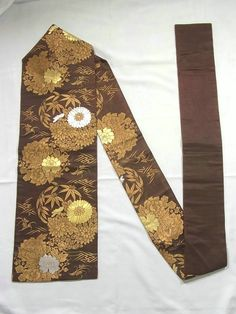 This is a graceful vintage Nagoya obi with seasonal flower pattern such as 'Kiku'(chrysanthemum) and 'Botan'(peony), which is woven.