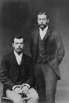 Rei George V do Reino Unido, quando duque de York (em pé) com as mãos atrás das costas e Czarevich Nicholas da Rússia, mais tarde, Czar Nicolau II da Rússia (à esquerda) sentado, com as mãos no colo. Eles eram primos em primeiro grau e bastante assemelhados, particularmente à medida que cresciam as barbas. Em 1893.  PS: eu ainda prefiro o Nicky *-*