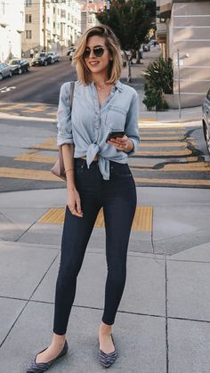 10 formas estilosas de usar nozinho na cintura - Camisa jeans, calça skinny azul escura, sapatilha flat Spring Outfits, Trendy Outfits, Cute Outfits, Fashion Outfits, Jean Outfits, Fashion Clothes, Beautiful Outfits, Outfit Chic, Outfit Jeans