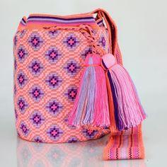 407 отметок «Нравится», 4 комментариев — Just Wayuu (@just.wayuu) в Instagram: «Handcrafted handbags made by indigenous wayuu in the north of Colombia. Worldwide shipping – envíos…» Tapestry Bag, Tapestry Crochet, Crochet Round, Knit Crochet, Mochila Crochet, Handmade Purses, How To Make Handbags, Bag Making, Crochet Necklace