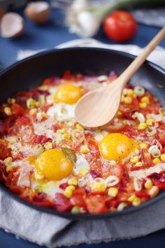 Poêlée de tomates, poivrons, maïs et oeufs