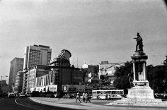 Demolição do Cinema Monumental 1984, foto da coleção Carlos Lopes Antique Photos, Old Photos, Capital City, Portuguese, Statue Of Liberty, New York Skyline, Street View, Costa, Photography