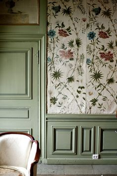 Antique green floorboards with a door in the same colour, an old chair and a lovely wallpaper snippet, with old charming pattern, it's surely a nice sight, right? Interior Wallpaper, Of Wallpaper, Botanical Wallpaper, Beautiful Interiors, Colorful Interiors, Swedish Interiors, Wall Decor, Room Decor, Autumn Home
