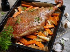 Helstekt lammelår med rotgrønnsaker Recipe Boards, Wok, Pot Roast, Sour Cream, Food And Drink, Turkey, Meat, Ethnic Recipes, Dinners