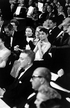 Audrey Hepburn in the audience for the 1954 Academy Awards ceremony at the NBC Century Theater in New York (the simultaneous West Coast ceremony was held at the RKO Pantages Theater in Hollywood). Audrey Hepburn Outfit, Audrey Hepburn Born, Audrey Hepburn Photos, Golden Age Of Hollywood, Vintage Hollywood, Classic Hollywood, Divas, Viejo Hollywood, Roman Holiday